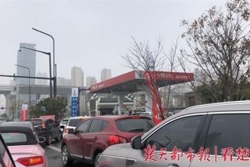 武汉市内各大加油站迎加油顶峰门前排百米长队
